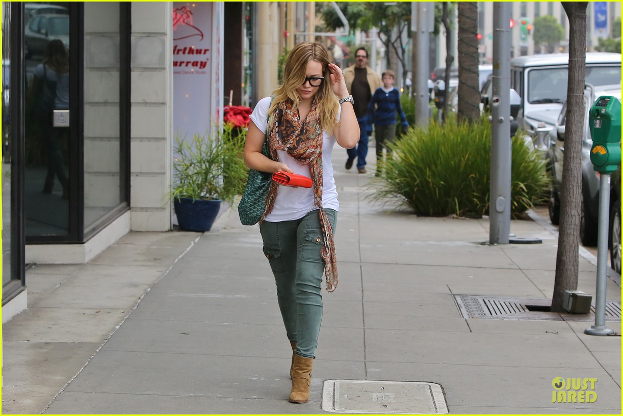 hilary duff sunday holiday shopping 07