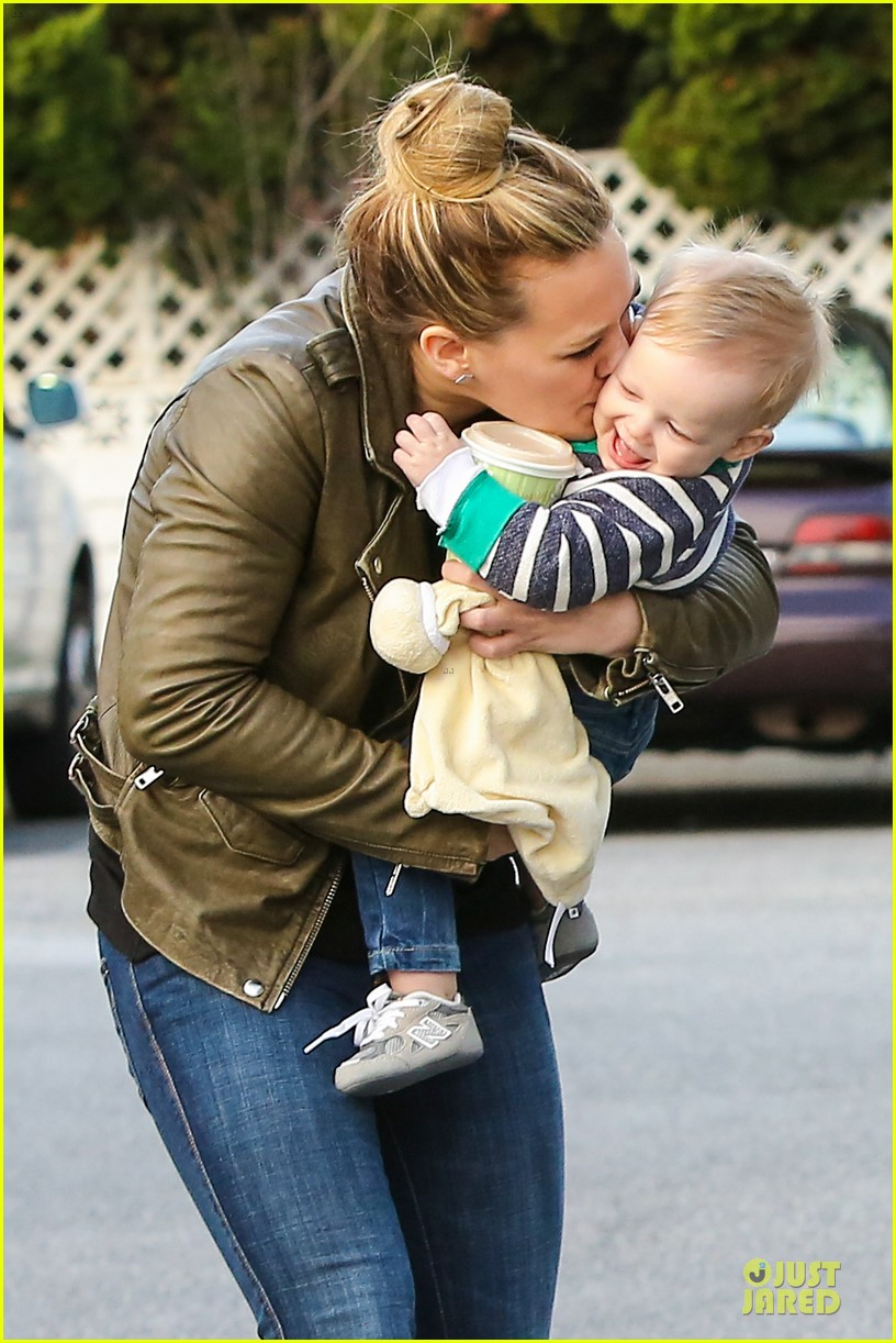 hilary duff & mike comrie grocery store kisses for luca 022780341