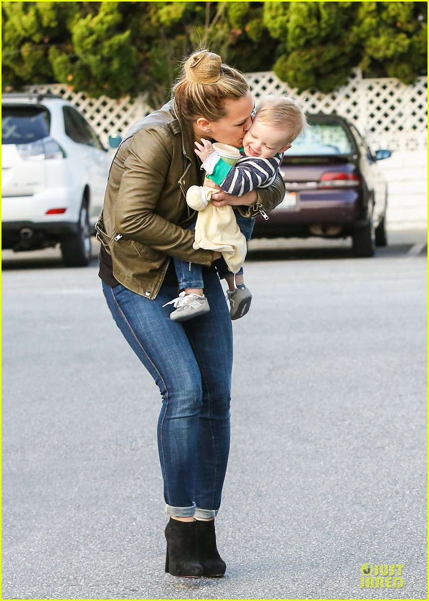 hilary duff & mike comrie grocery store kisses for luca 09