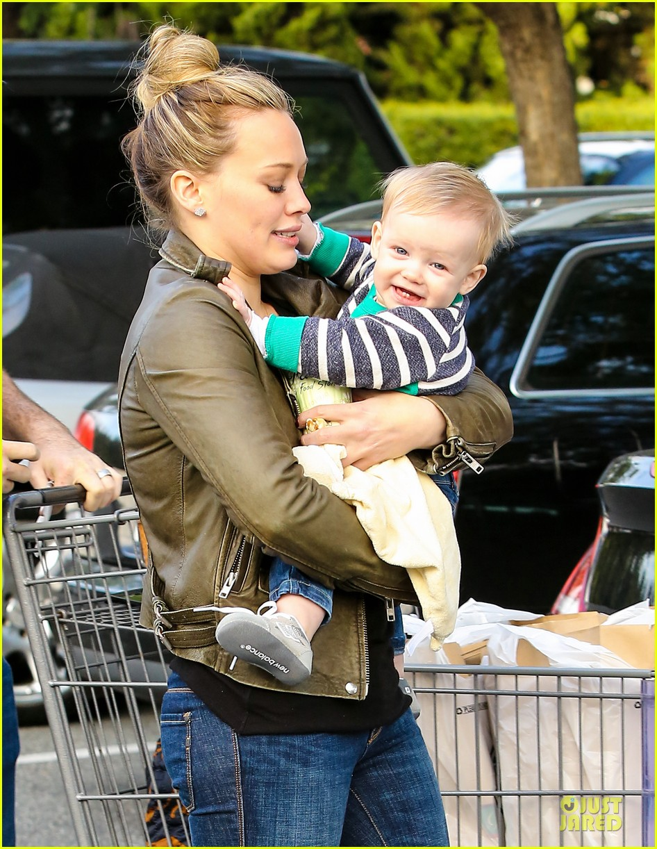 hilary duff & mike comrie grocery store kisses for luca 112780350