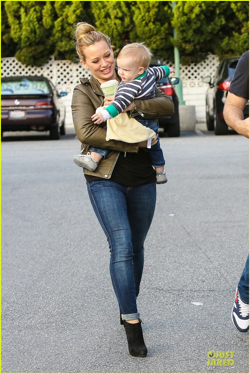 hilary duff & mike comrie grocery store kisses for luca 122780351