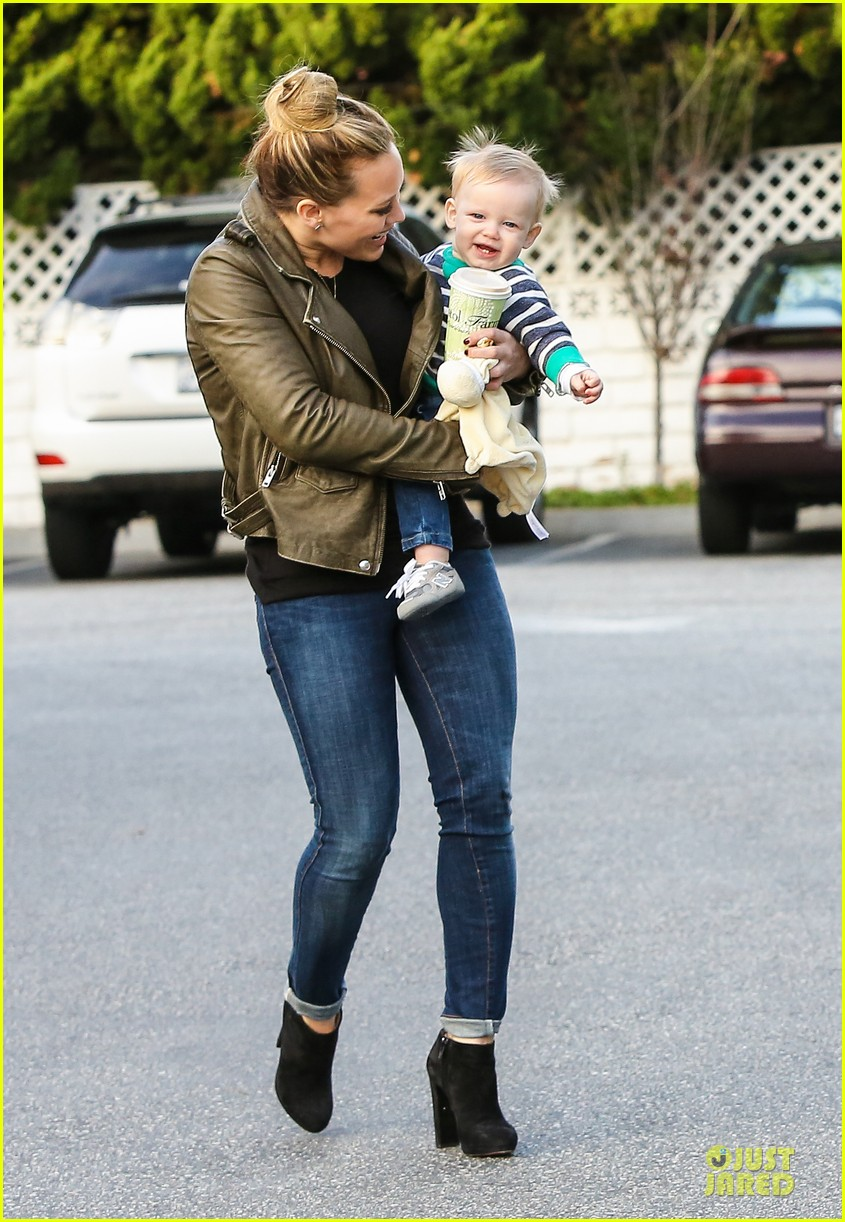 hilary duff & mike comrie grocery store kisses for luca 132780352