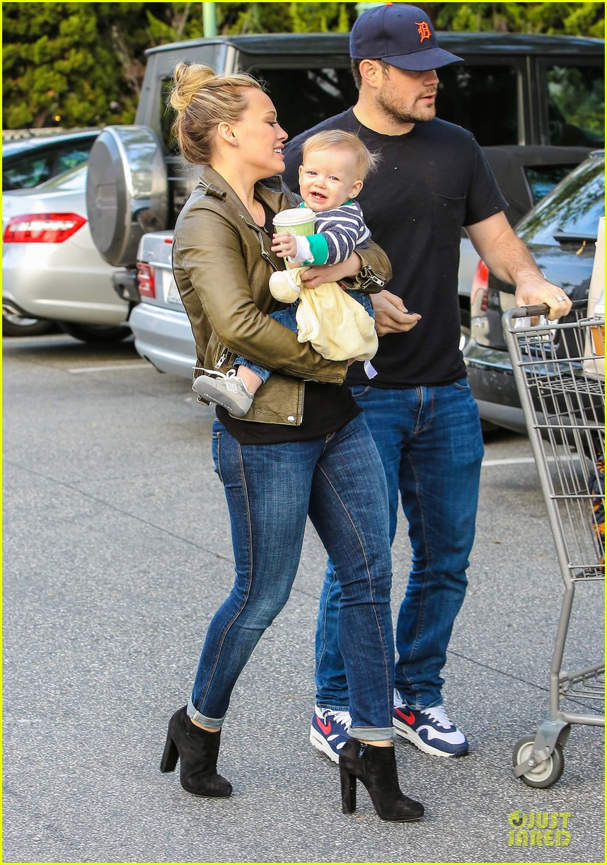 hilary duff & mike comrie grocery store kisses for luca 142780353