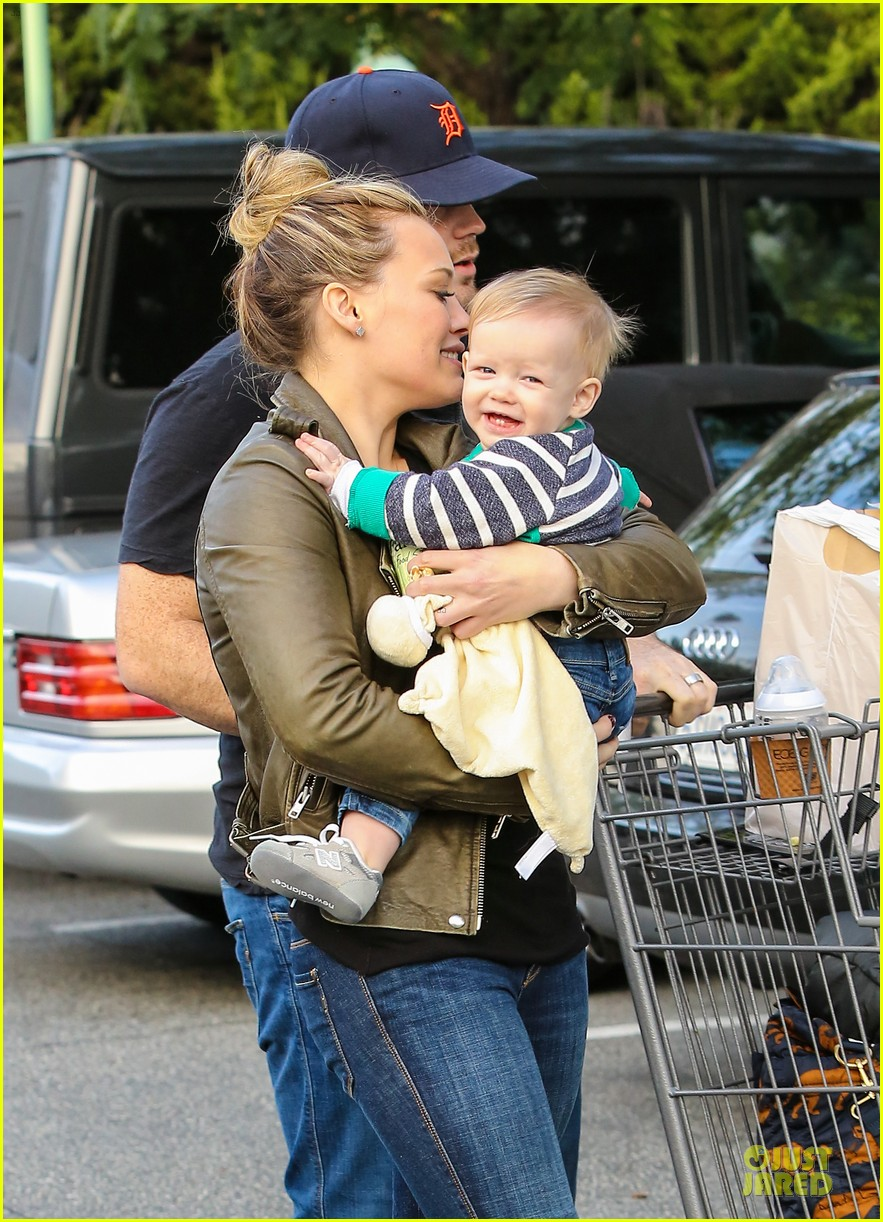 hilary duff & mike comrie grocery store kisses for luca 172780356