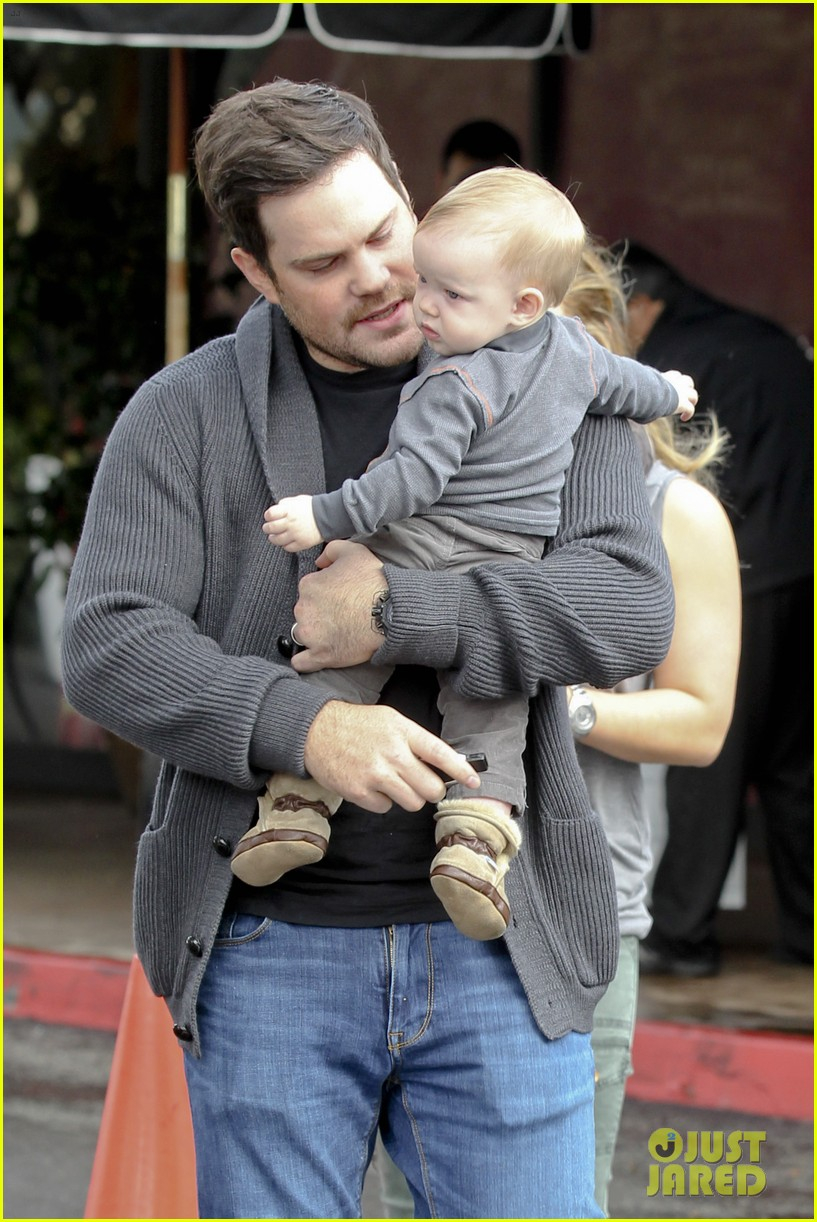 hilary duff mike comrie shopping baby luca 022767876