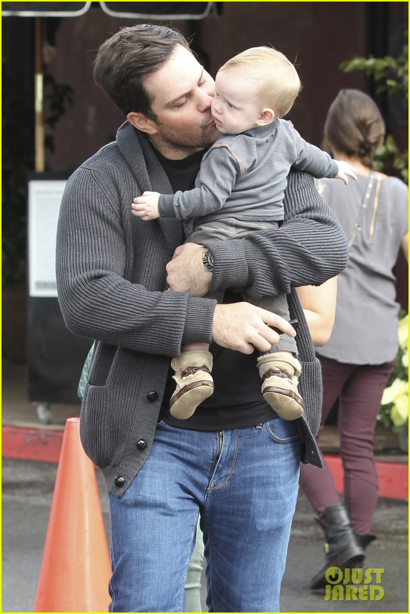hilary duff mike comrie shopping baby luca 12