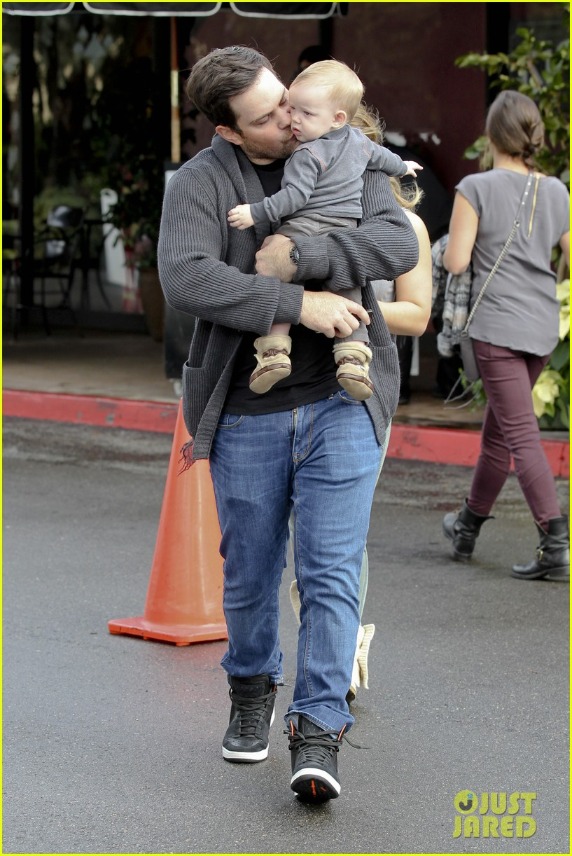 hilary duff mike comrie shopping baby luca 192767893
