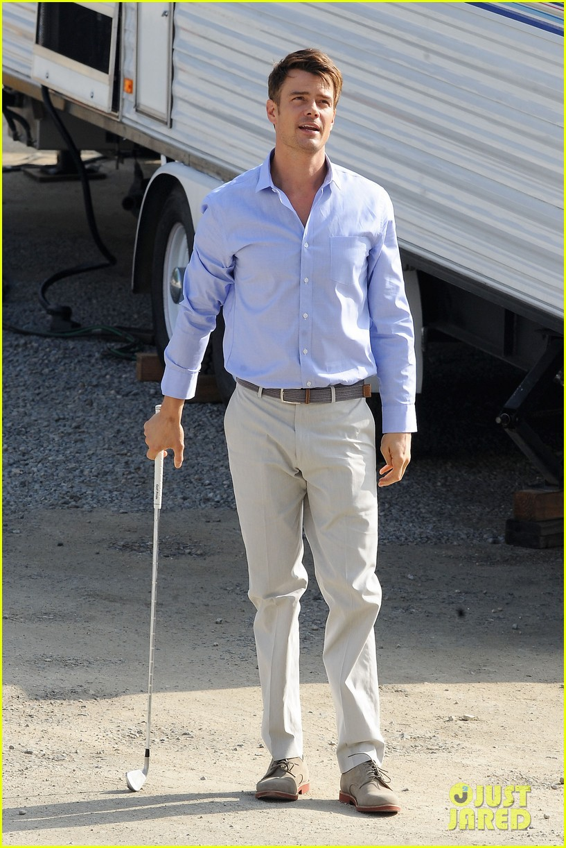 josh duhamel practices golf swing on youre not you set 012770195