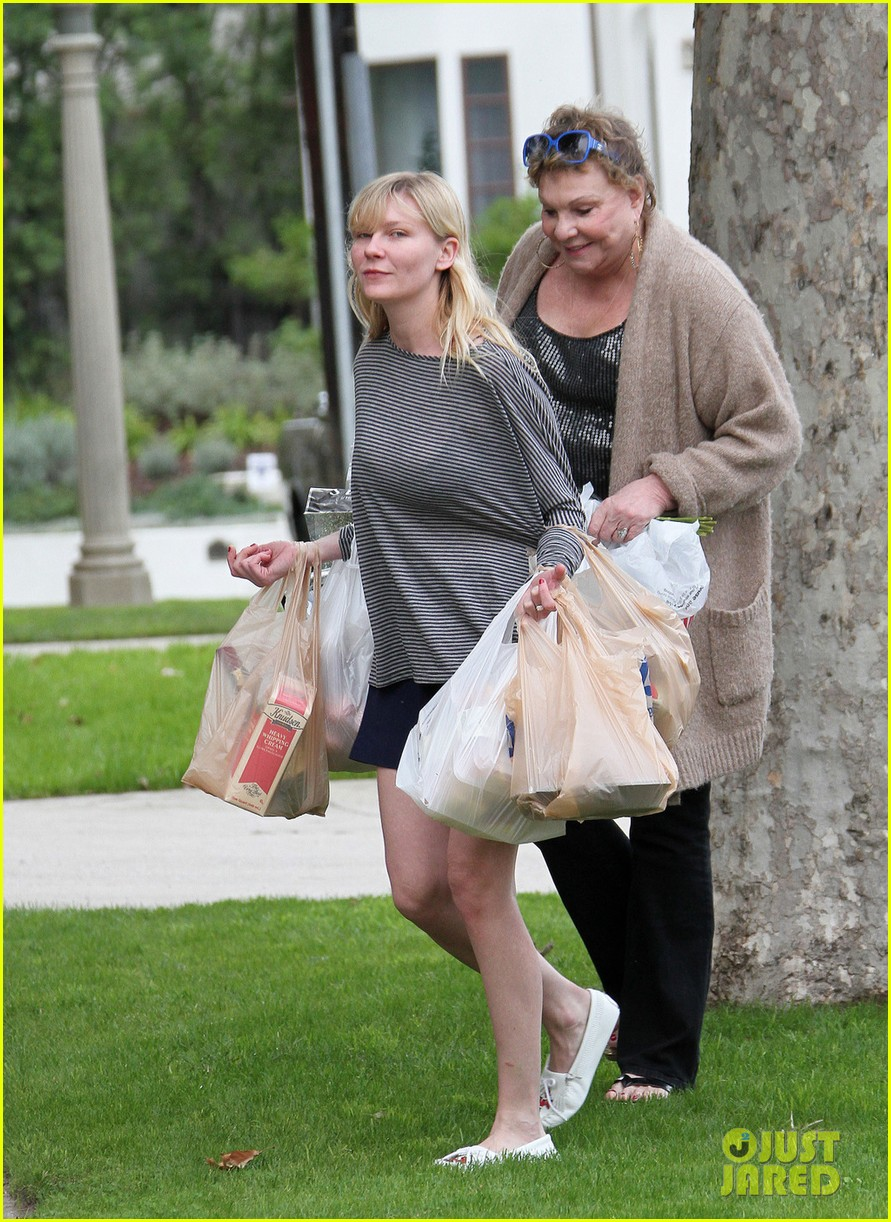 kirsten dunst christmas shopping with mom inez 022780068
