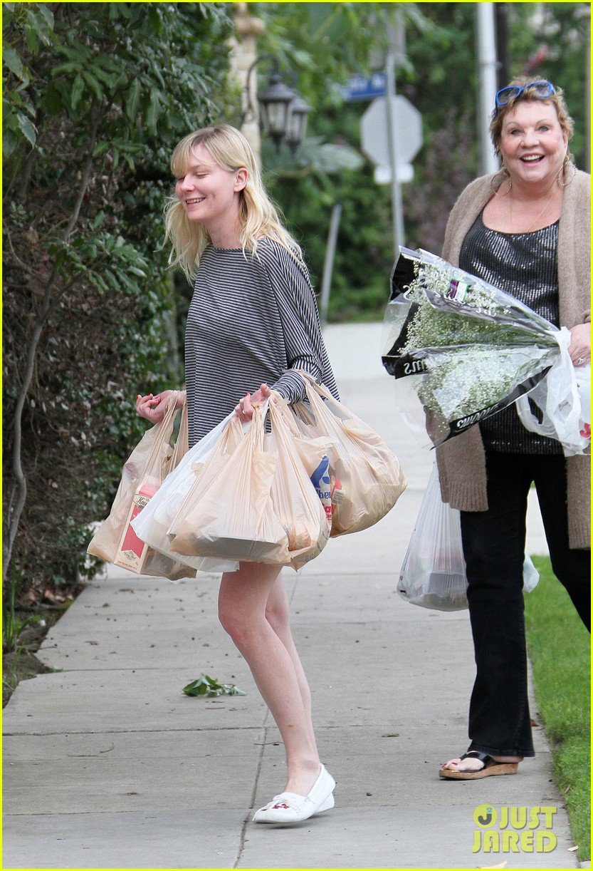 kirsten dunst christmas shopping with mom inez 032780069
