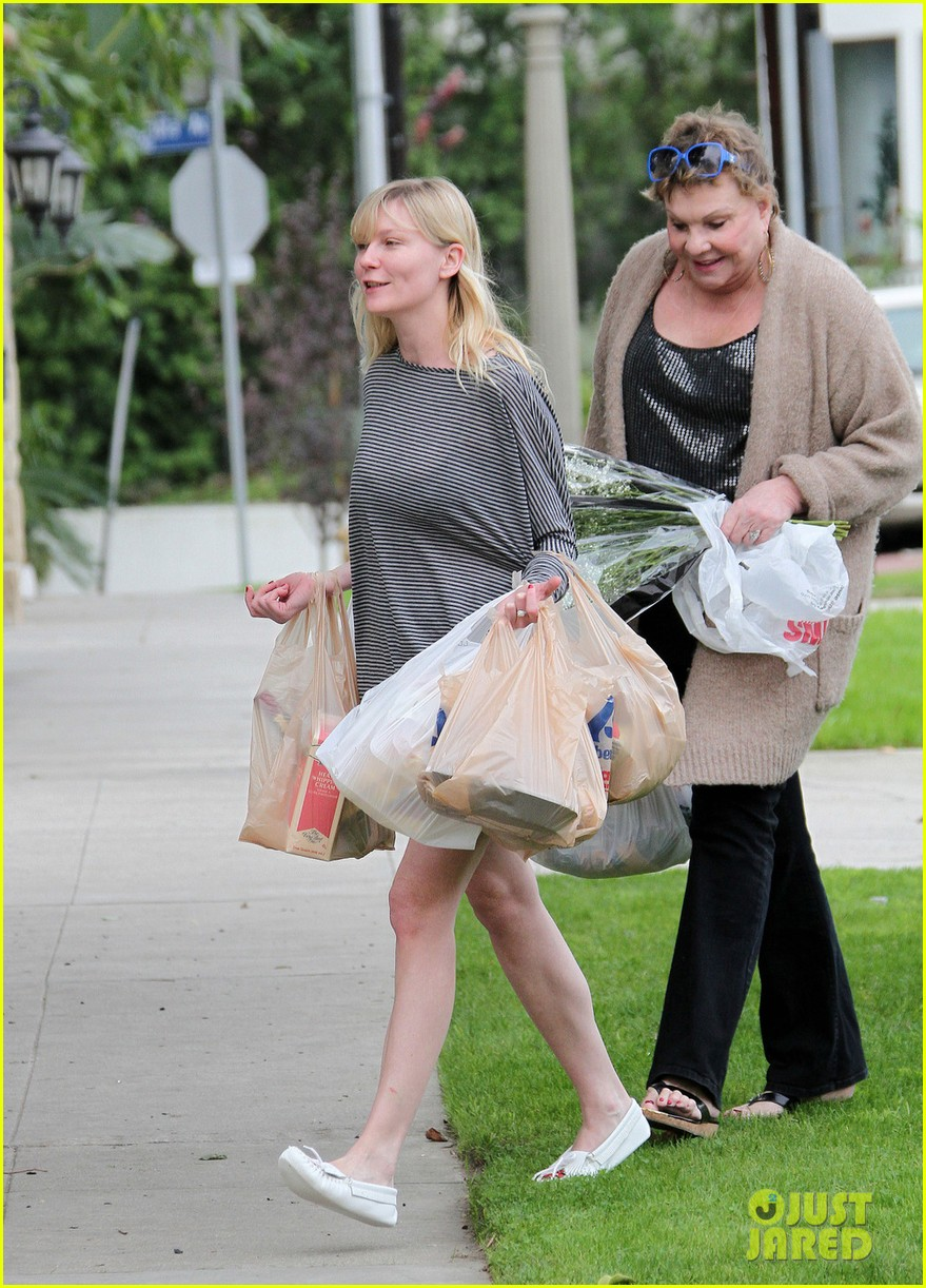 kirsten dunst christmas shopping with mom inez 042780070