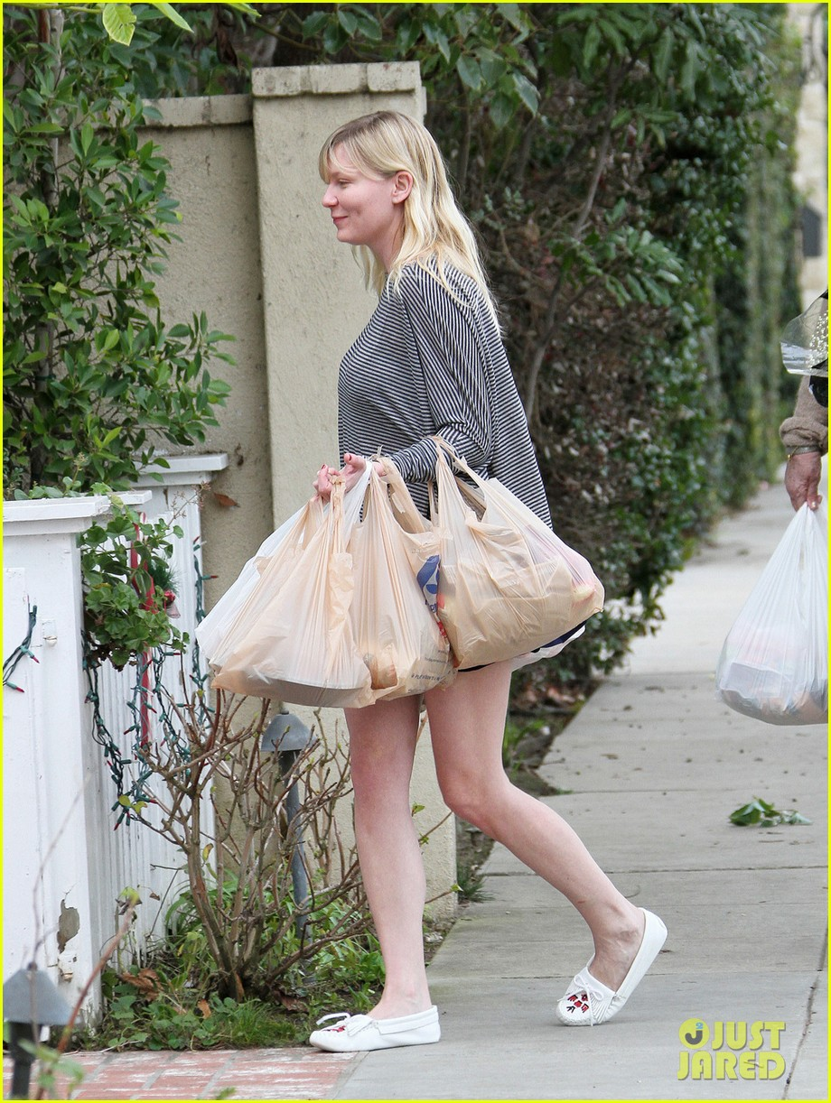 kirsten dunst christmas shopping with mom inez 05