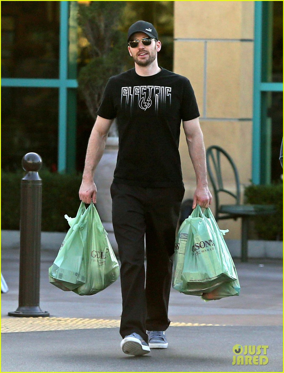 chris evans goes grocery shopping minka kelly works out 012772211