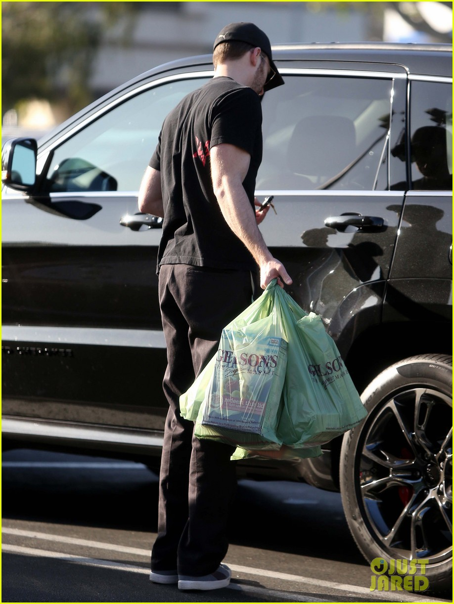 chris evans goes grocery shopping minka kelly works out 152772225