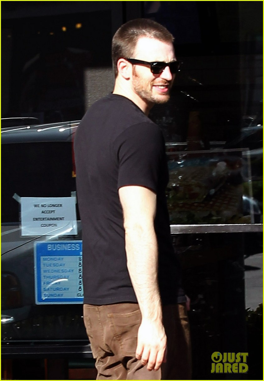 chris evans goes grocery shopping minka kelly works out 25