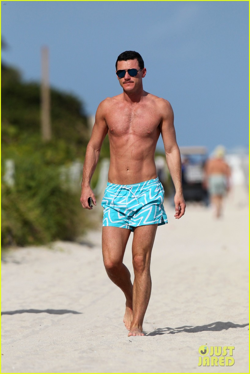 luke evans shirtless on miami beach 012781688