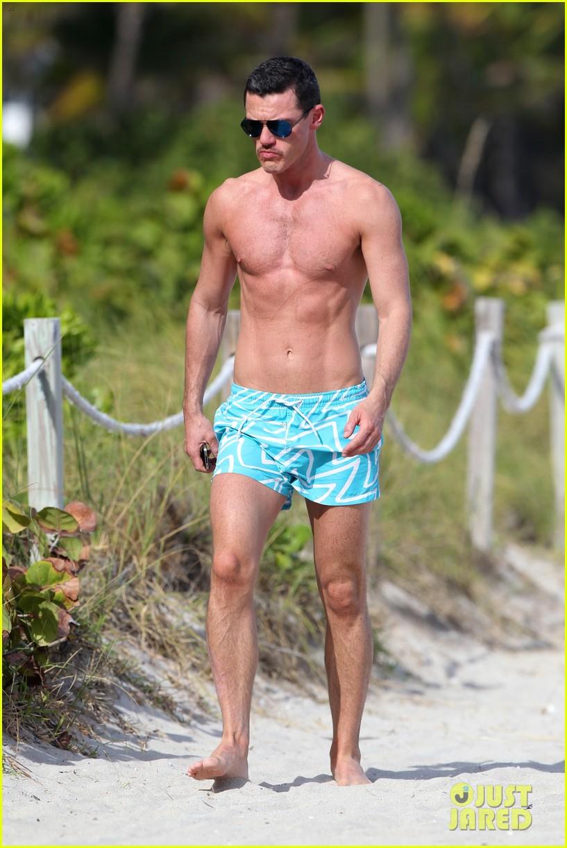 luke evans shirtless on miami beach 022781689