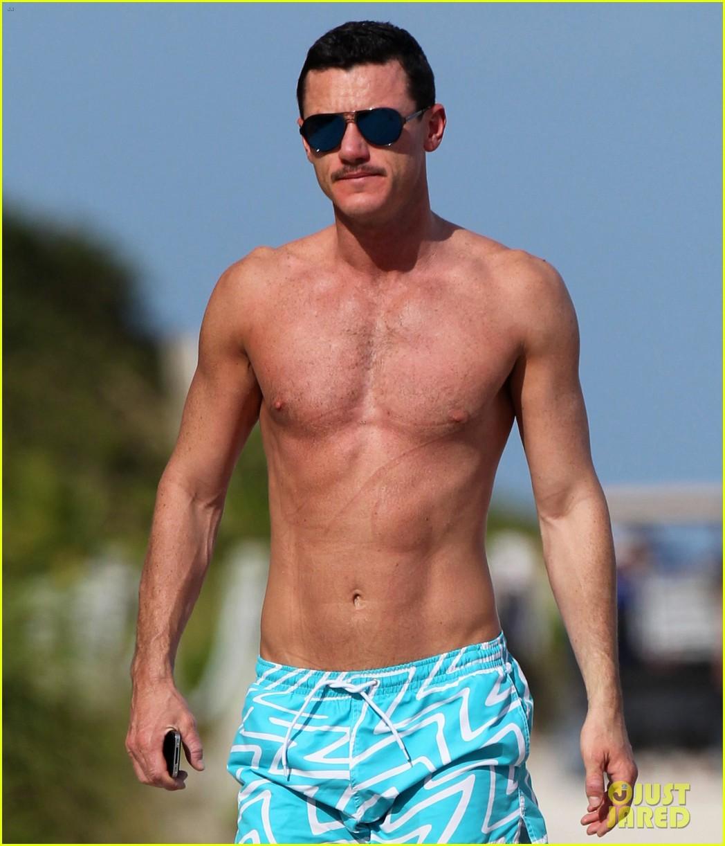 luke evans shirtless on miami beach 032781690