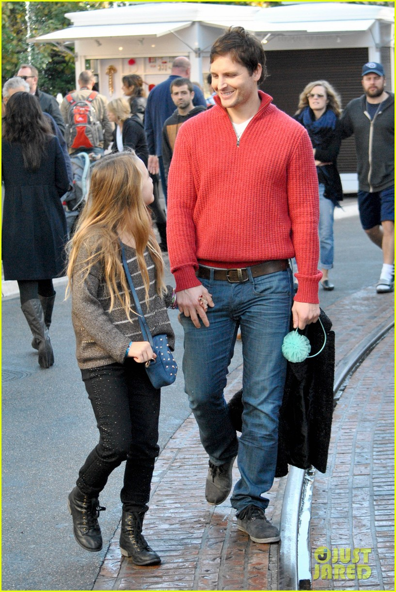 peter facinelli christmas eve shopping with lola 032780768