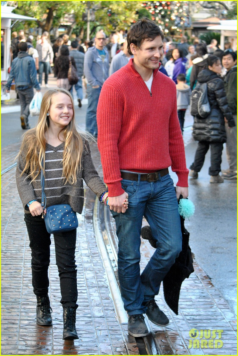 peter facinelli christmas eve shopping with lola 062780771
