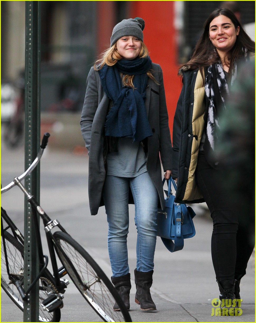 dakota fanning chilly soho stroll 01