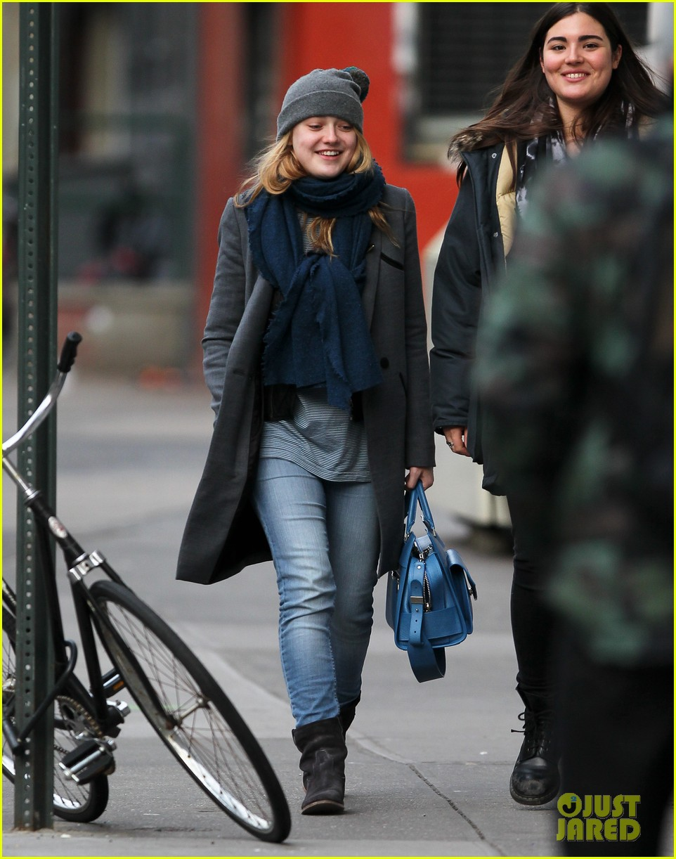 dakota fanning chilly soho stroll 042775262