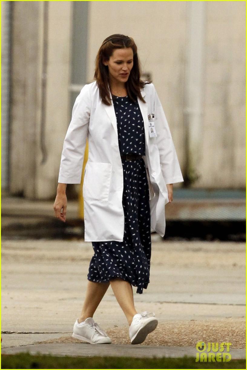 jennifer garner wears lab coat on buyers club set 012769784