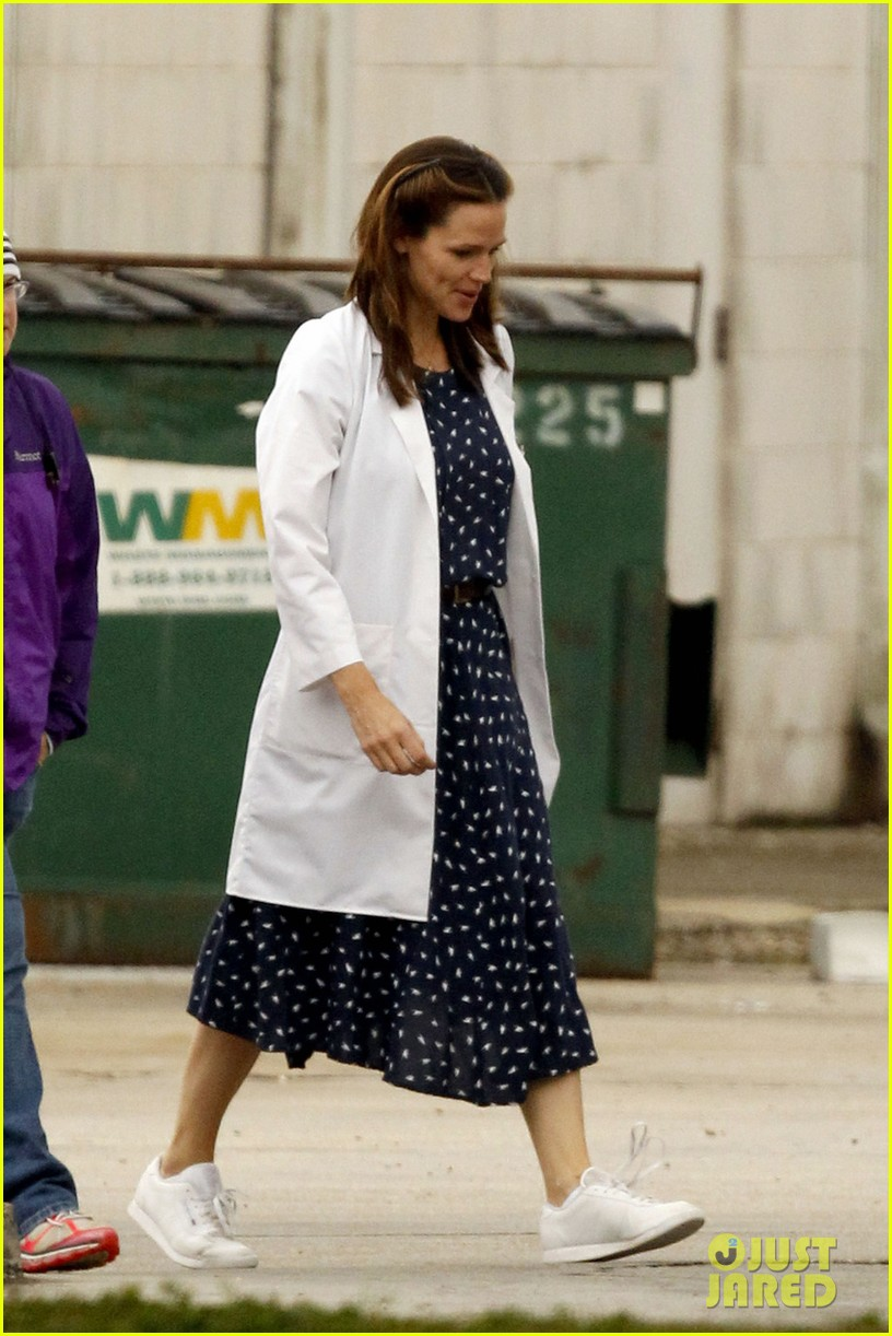 jennifer garner wears lab coat on buyers club set 11
