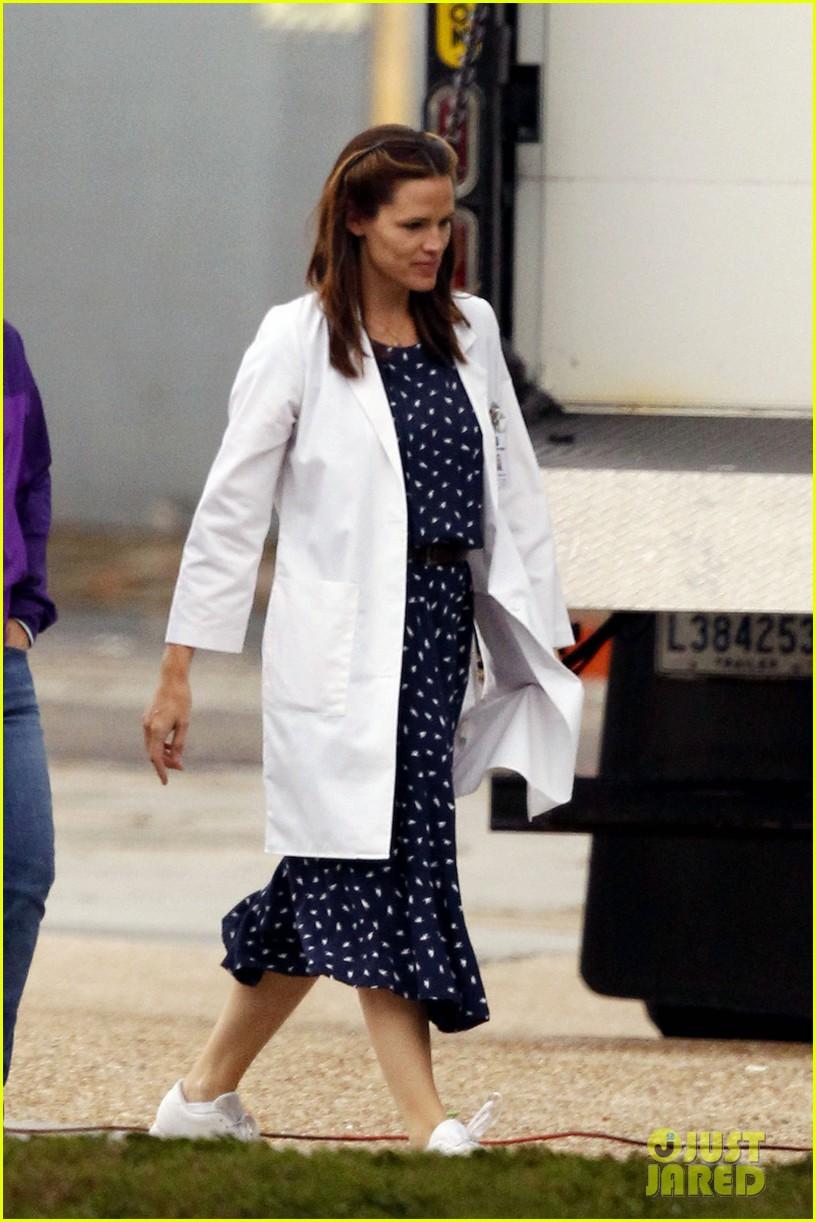 jennifer garner wears lab coat on buyers club set 132769796