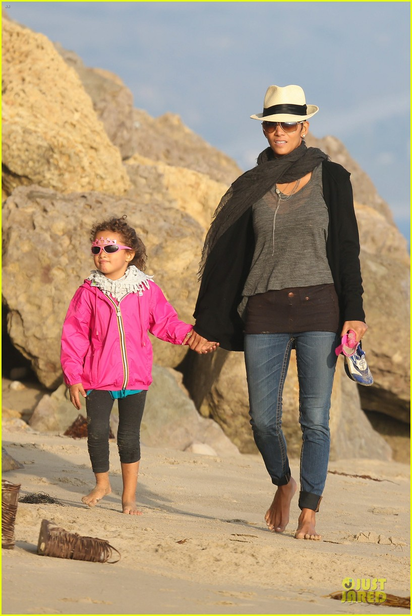 halle berry beach strolling duo 012772470