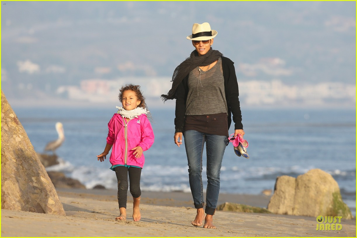 halle berry beach strolling duo 022772471