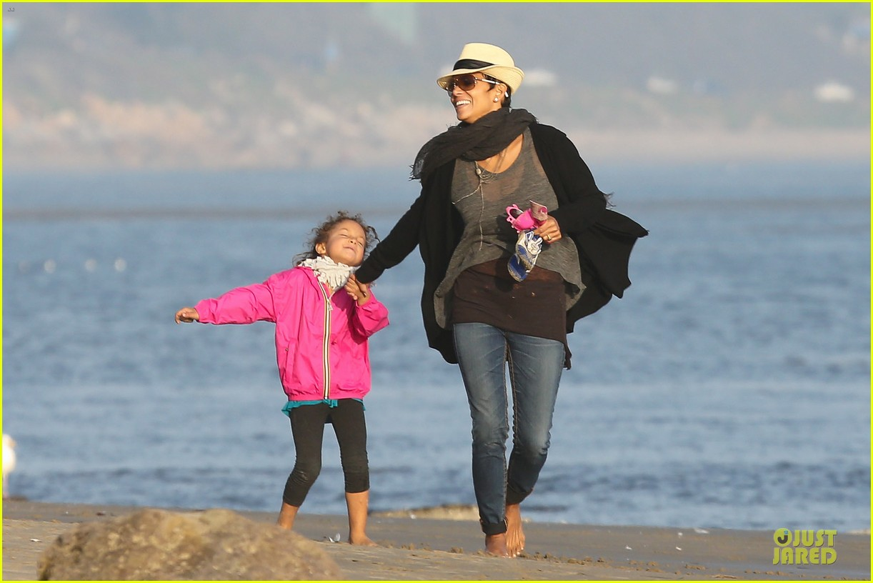 halle berry beach strolling duo 072772476