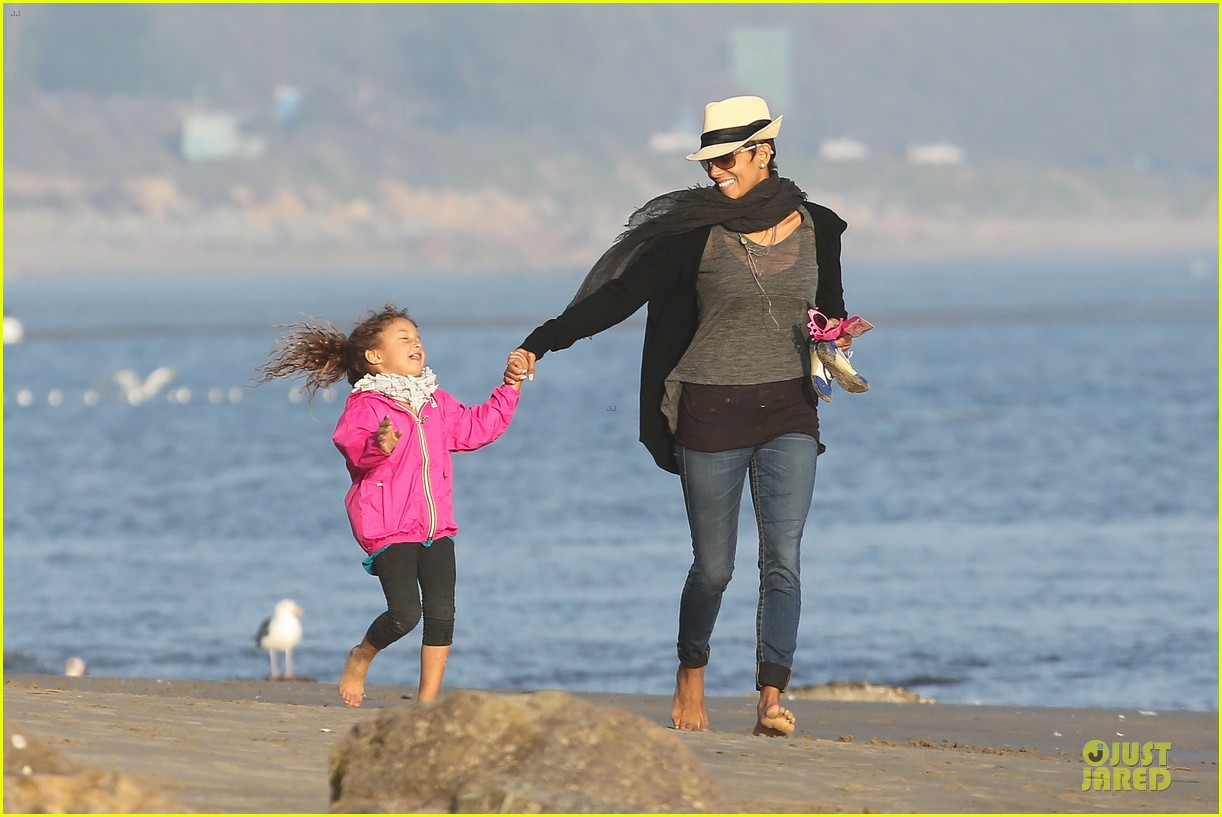 halle berry beach strolling duo 122772481