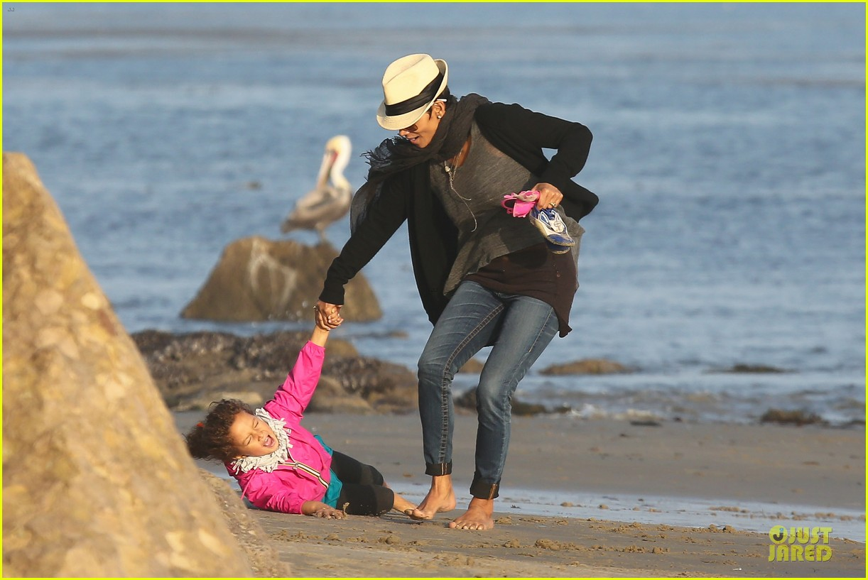 halle berry beach strolling duo 132772482