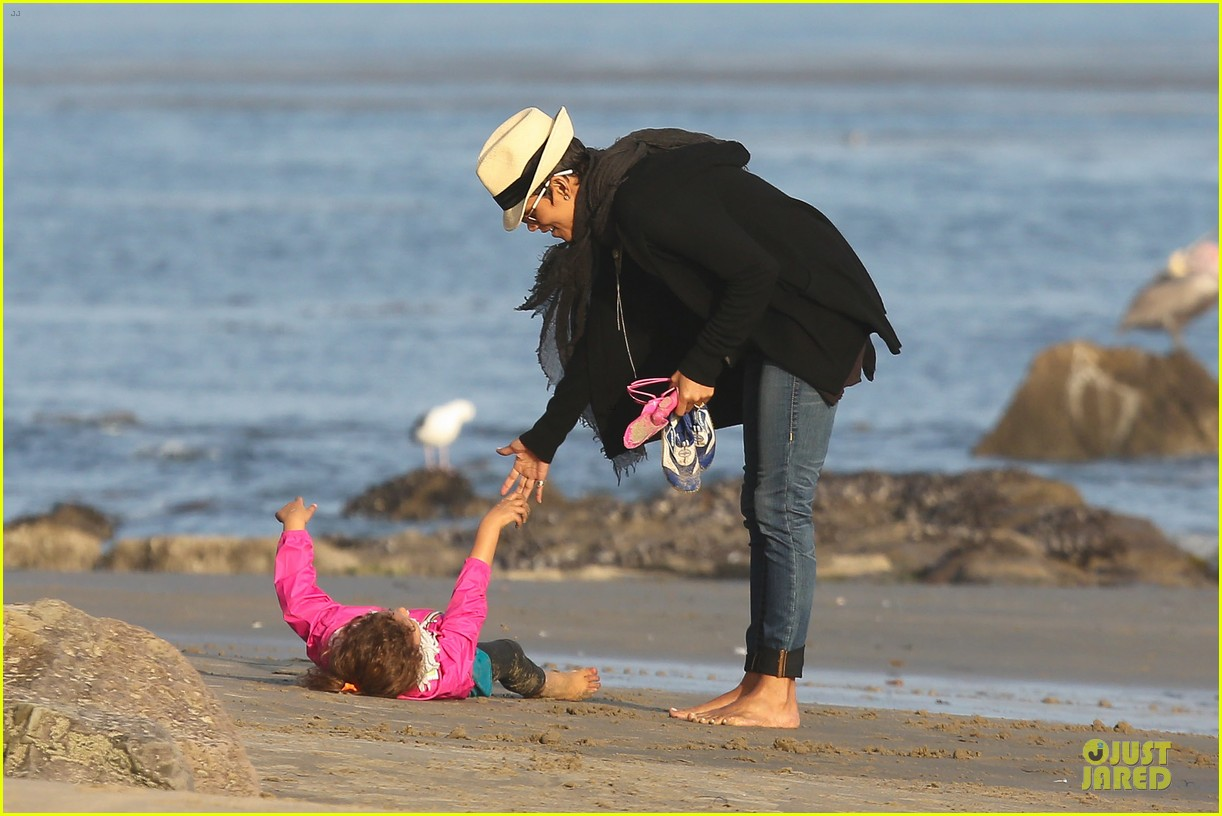 halle berry beach strolling duo 162772485