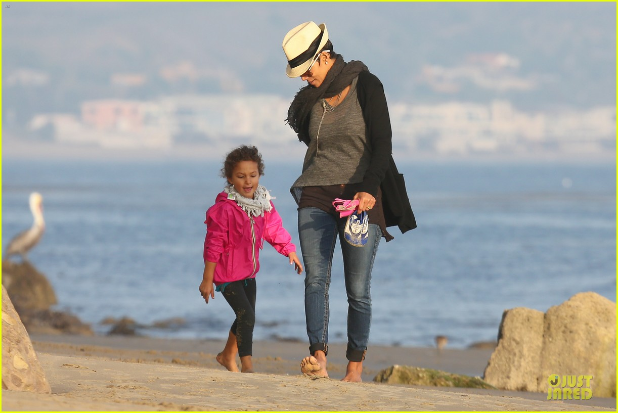 halle berry beach strolling duo 202772489