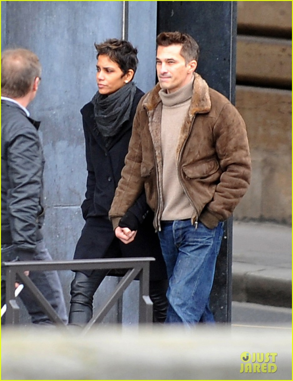 halle berry olivier martinez hold hands in paris 03