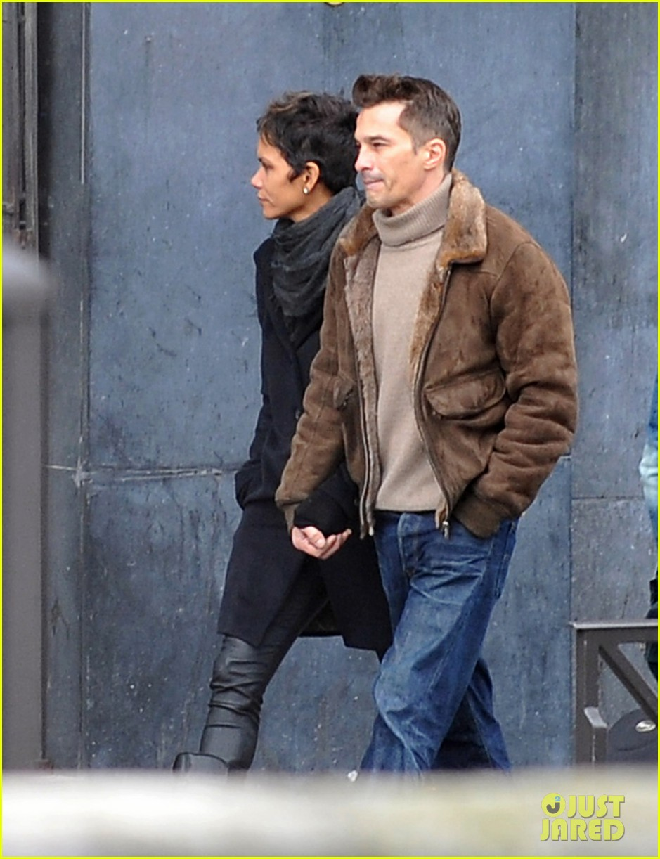 halle berry olivier martinez hold hands in paris 04