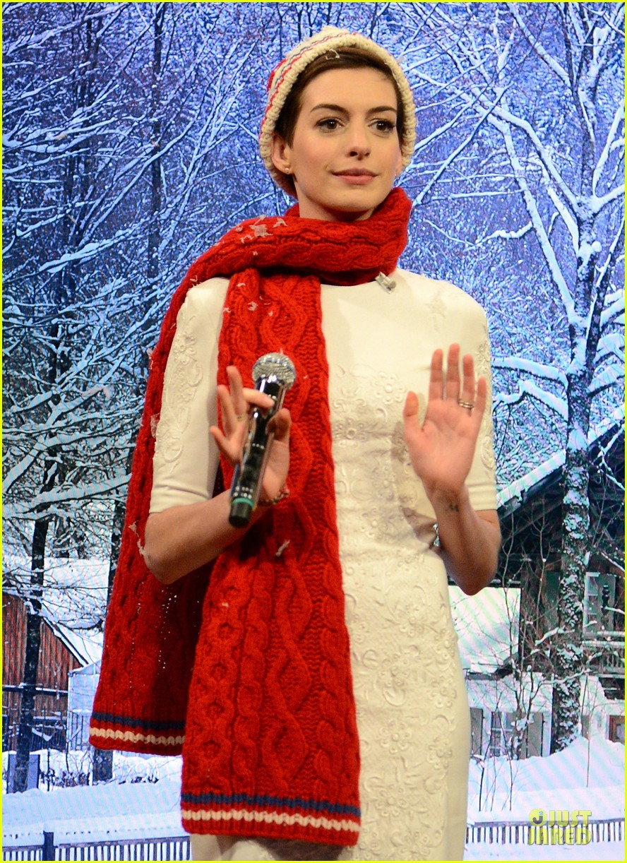 anne hathaway late night with jimmy fallon appearance 02
