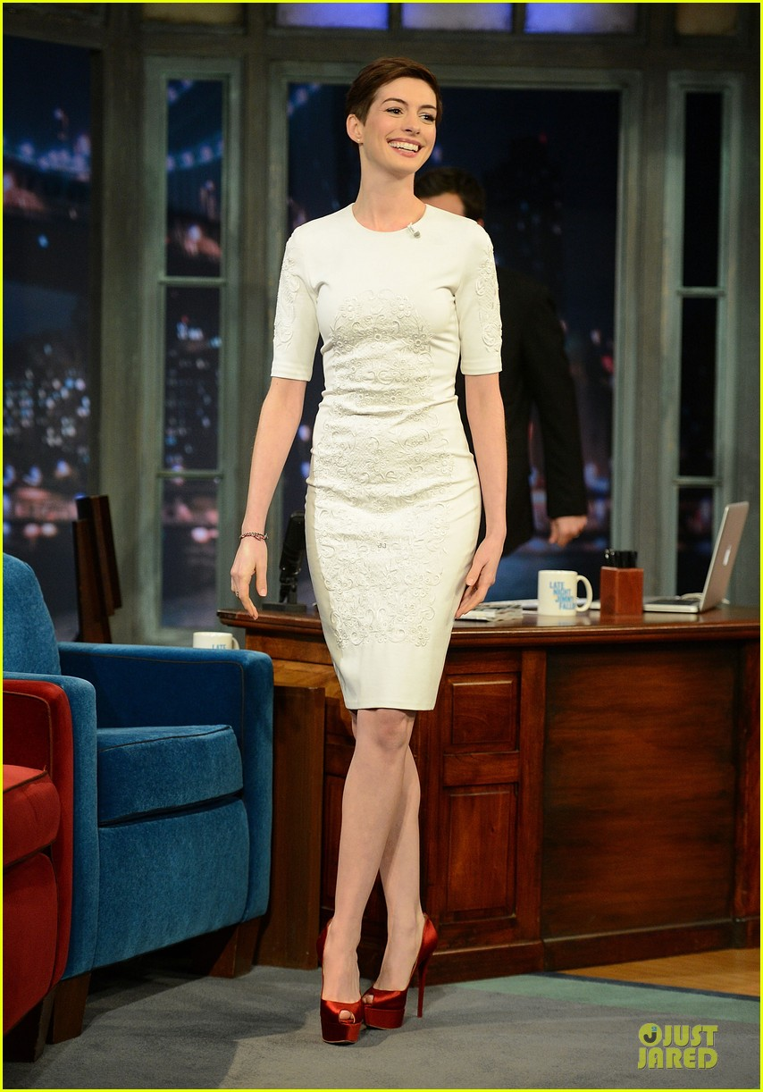 anne hathaway late night with jimmy fallon appearance 06