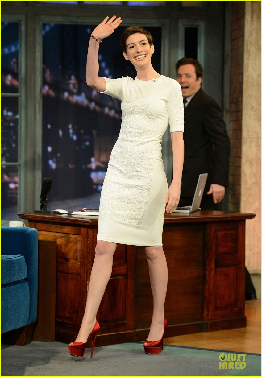 anne hathaway late night with jimmy fallon appearance 082774046