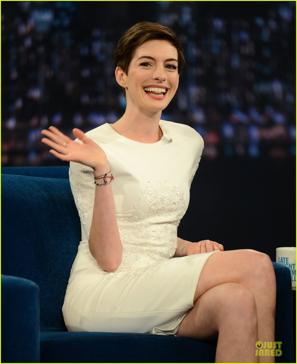 anne hathaway late night with jimmy fallon appearance 16