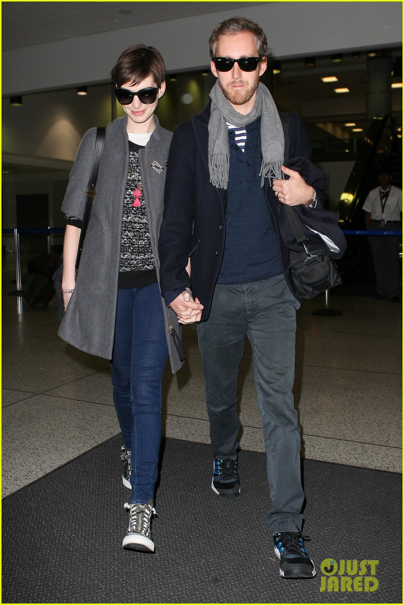 anne hathaway adam shulman hold hands after wardrobe malfunction 01