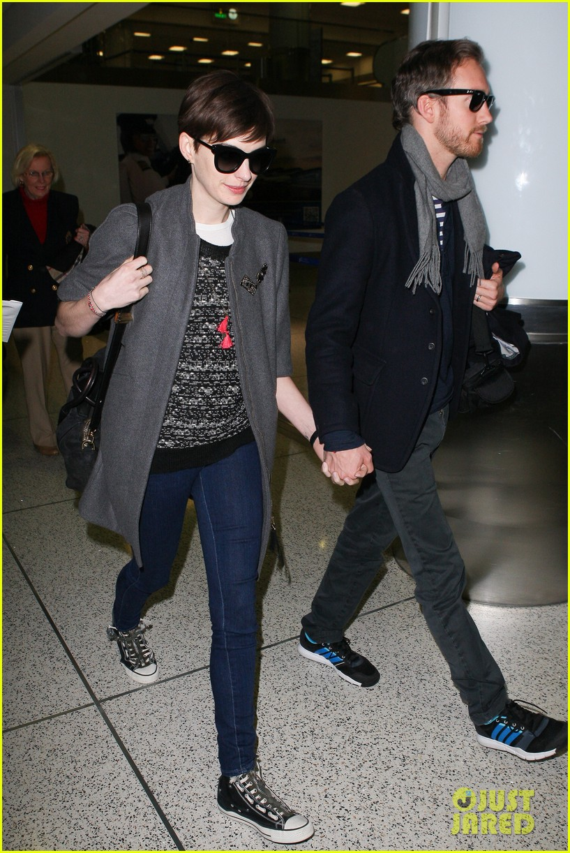 anne hathaway adam shulman hold hands after wardrobe malfunction 05