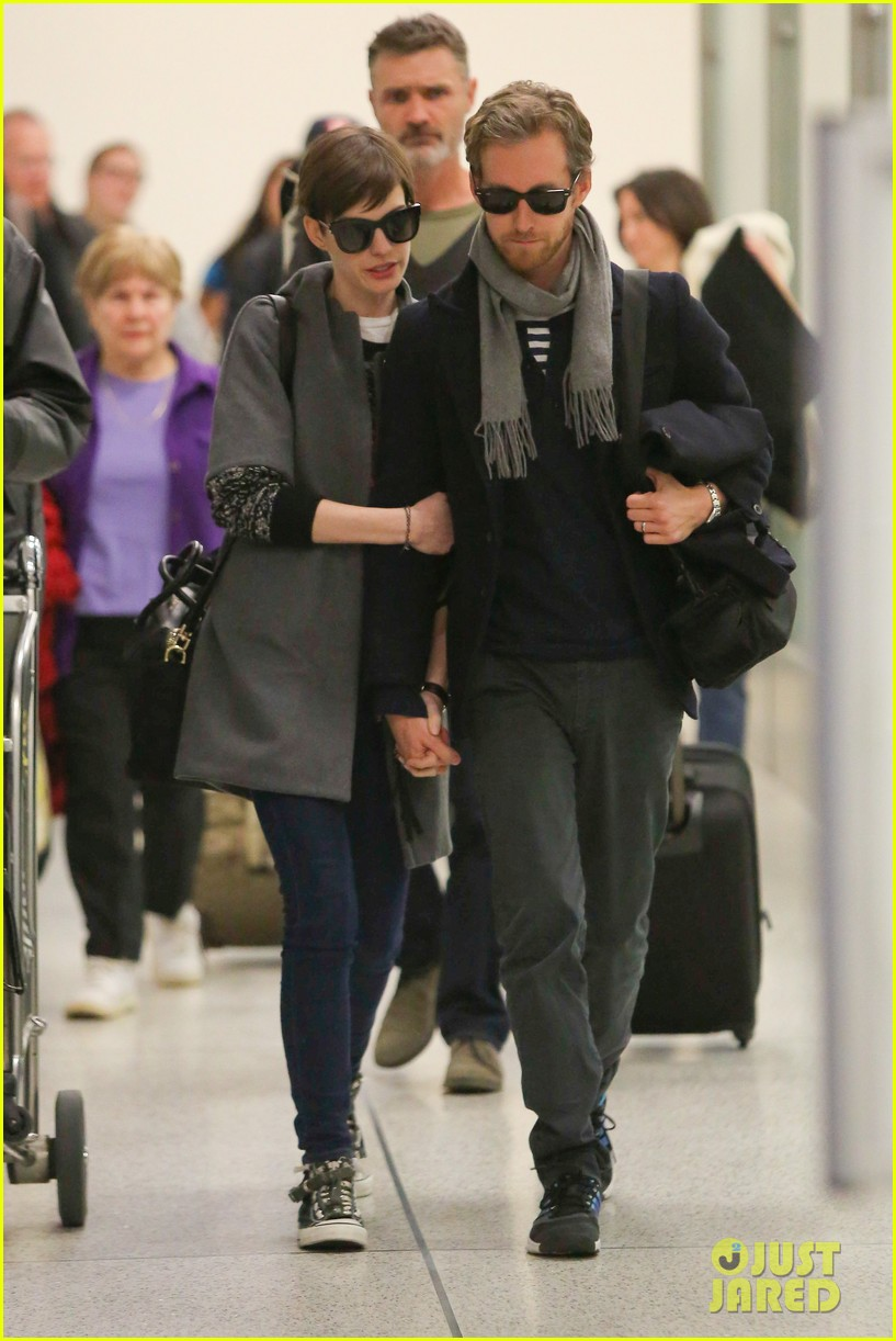 anne hathaway adam shulman hold hands after wardrobe malfunction 14