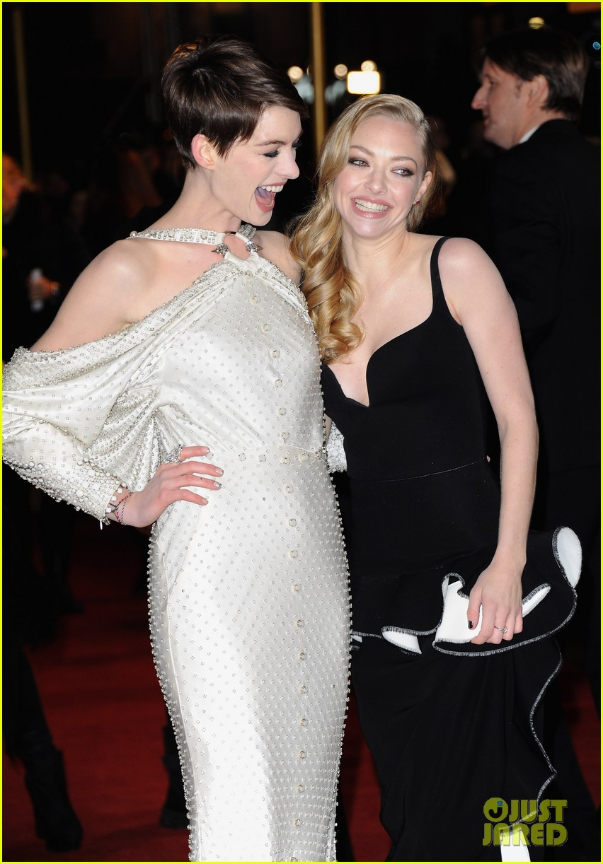 anne hathaway amanda seyfried les miserables world premiere 02