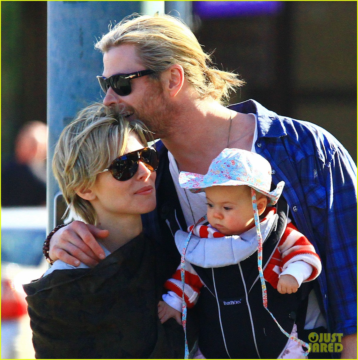 chris hemsworth elsa pataky palm springs stroll with india 02
