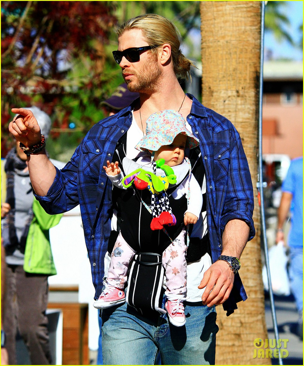chris hemsworth elsa pataky palm springs stroll with india 102781598