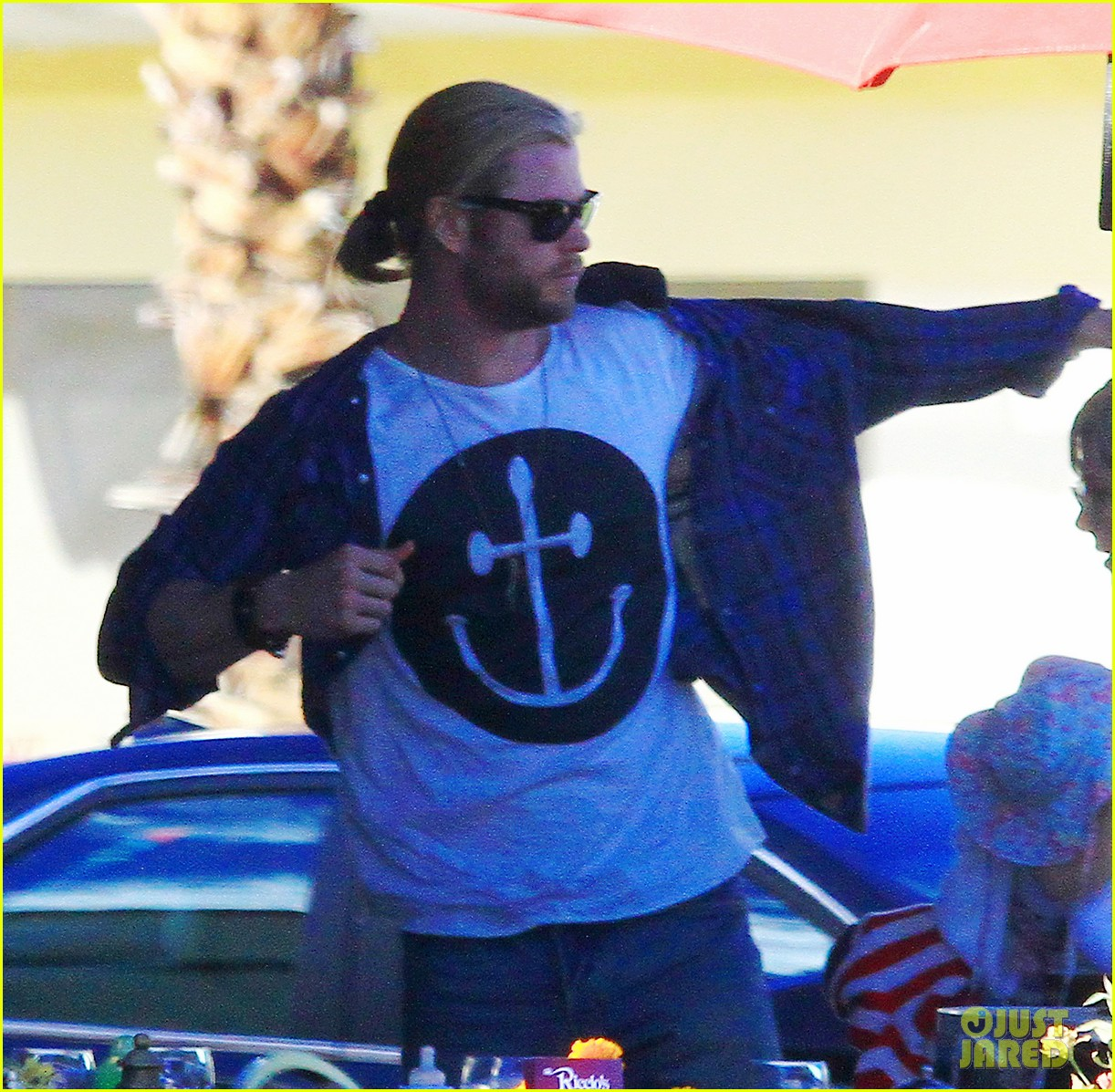 chris hemsworth elsa pataky palm springs stroll with india 112781599