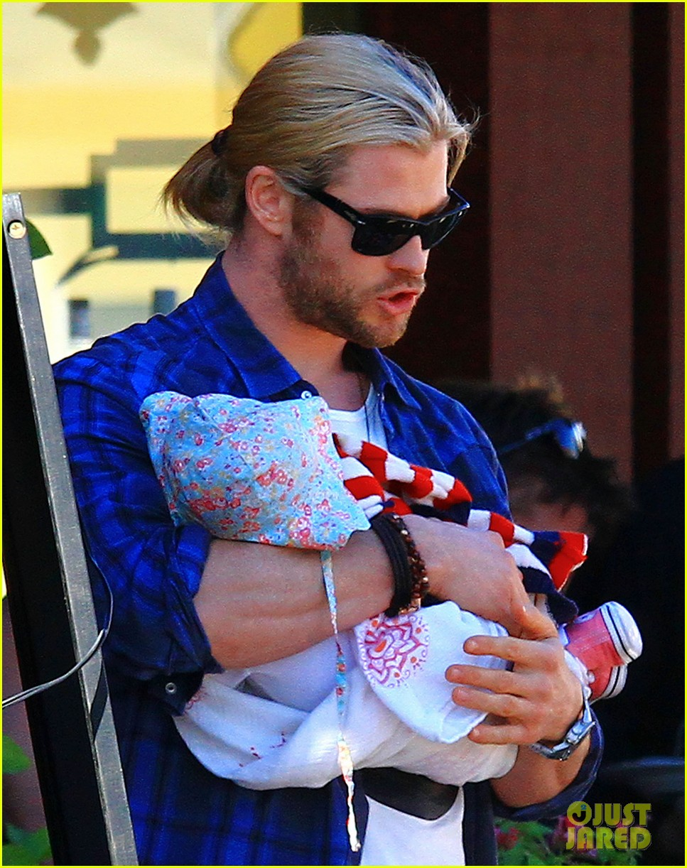 chris hemsworth elsa pataky palm springs stroll with india 122781600